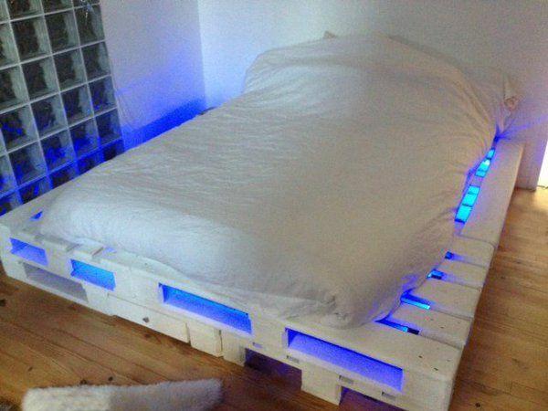 Bett aus holzpaletten  DIY Betten aus Holzpaletten blau beleuchtet | Bedroom ideas ...