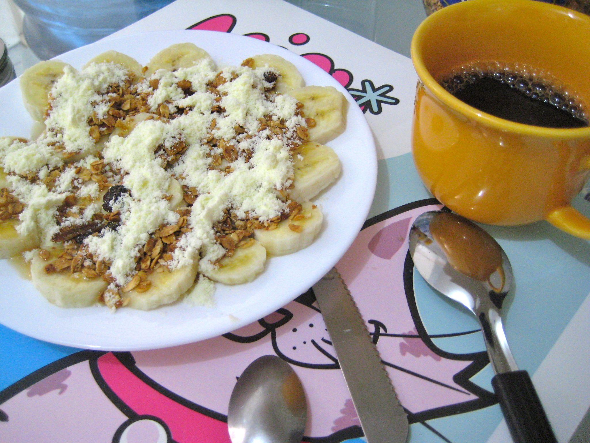 (banana em rodelas + leite em pó + granola ou neston + mel)