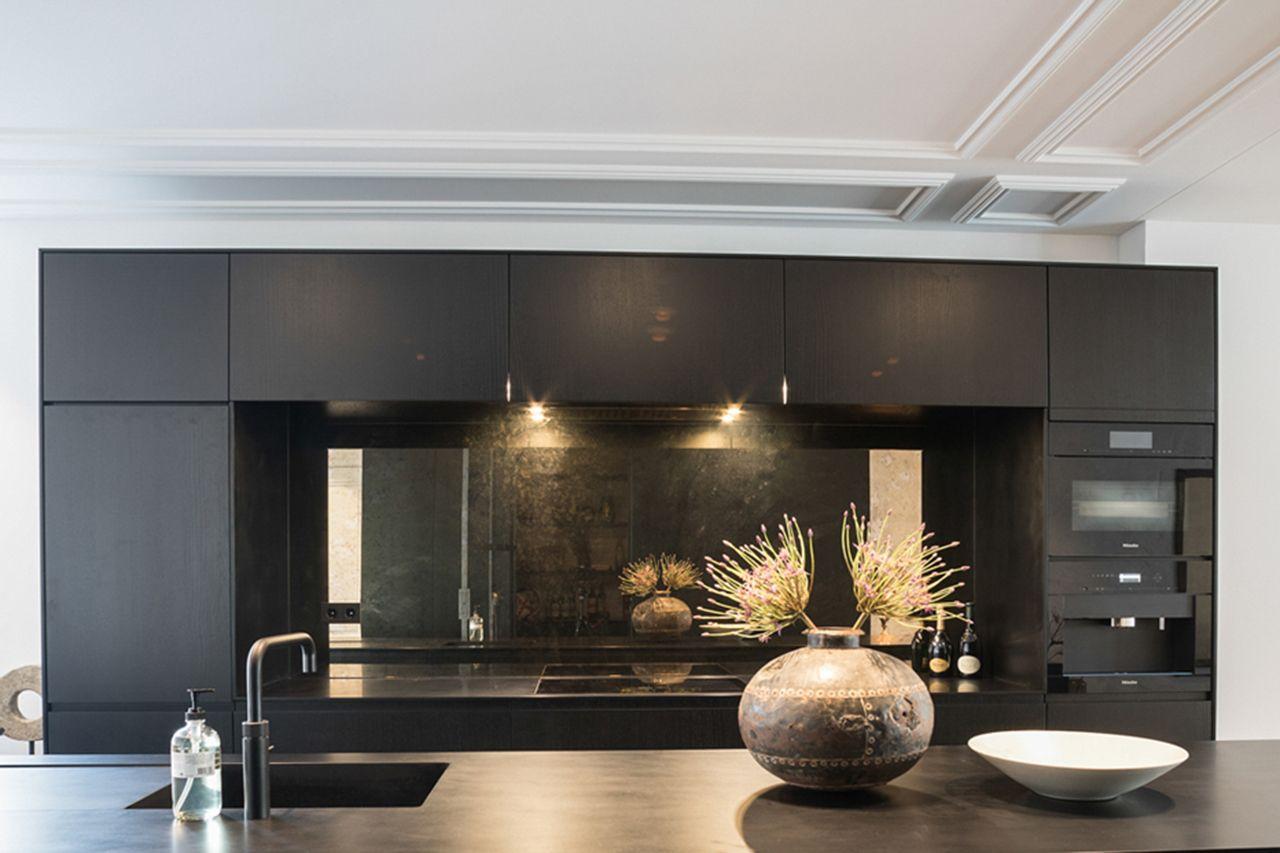 Strakke gips sierlijst in keuken van een luxe appartement aan de