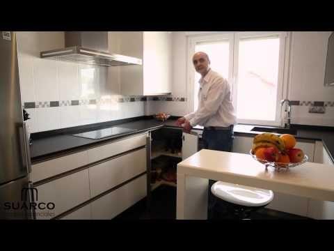 Video de cocinas integrales modernas blancas con tirador uñero en