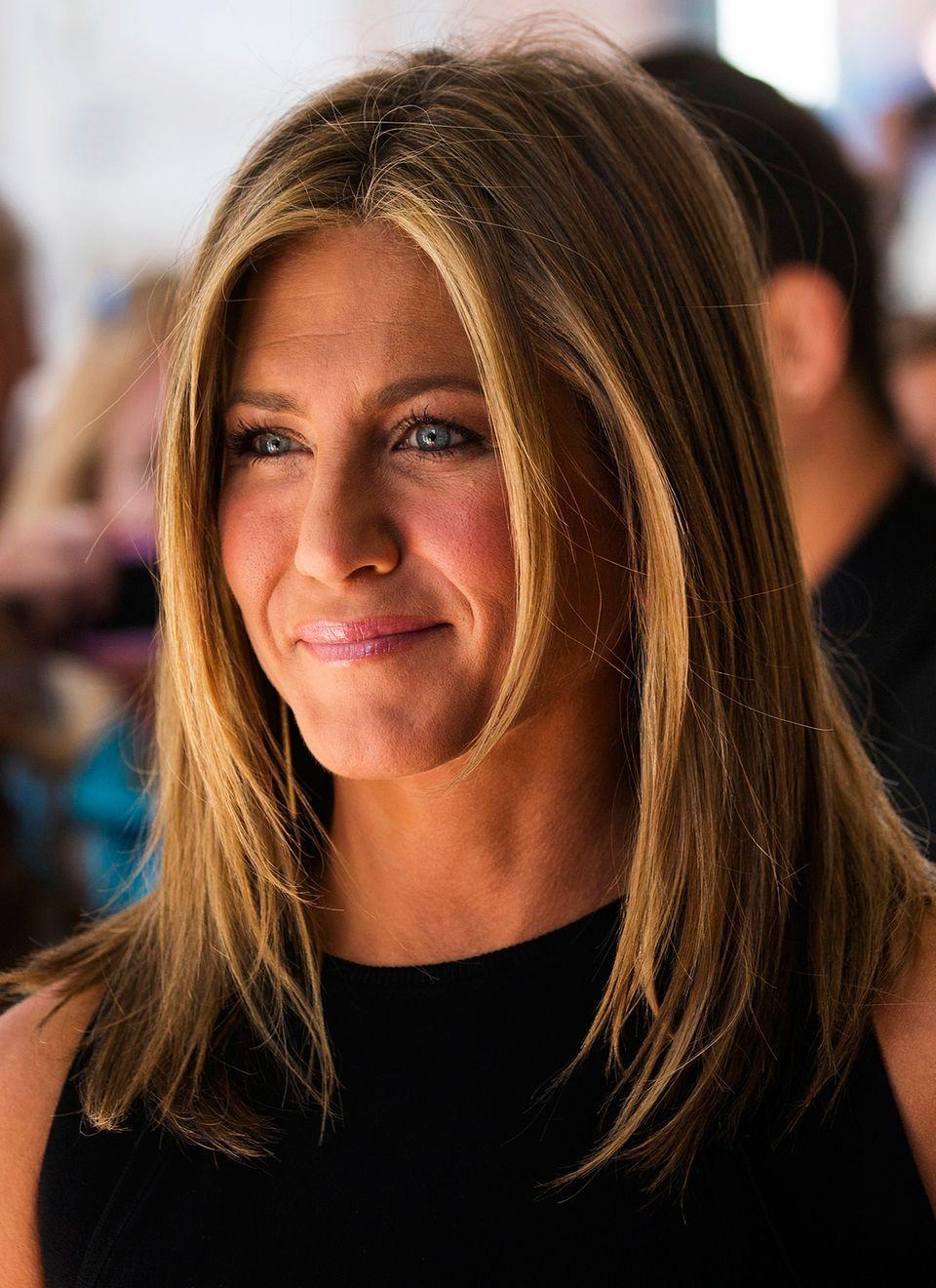 Jennifer Anistons Leicht Gestufte Frisur Mit Mittelscheitel Ist Schon Ein Absoluter Echter Klassiker Den Mittelscheitel Frisuren Haarschnitt Haarschnitt Ideen