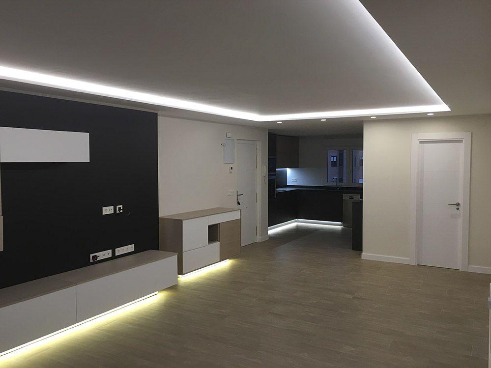 Salon y cocina americana con iluminaci n de luz led - Iluminacion para cocina comedor ...