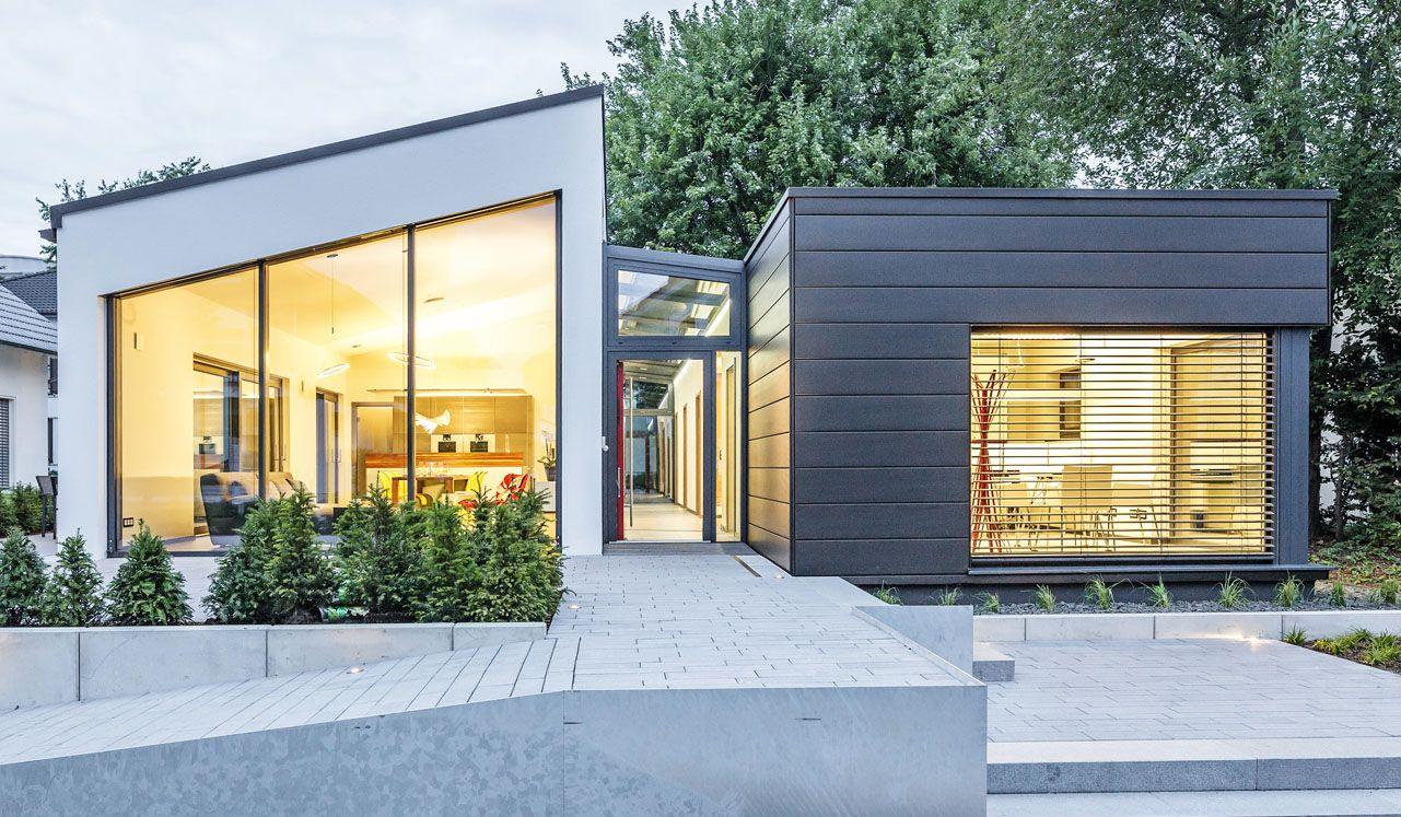 Der betont grafisch gehaltene Plus-Energie-Haus spielt mit zwei ...