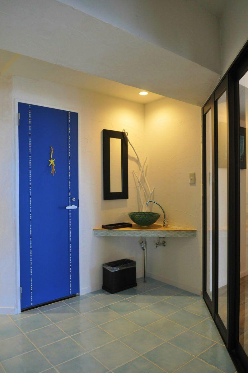 エーゲ海の青い海と空 白い壁の街並みを自宅に表現 玄関 リフォーム