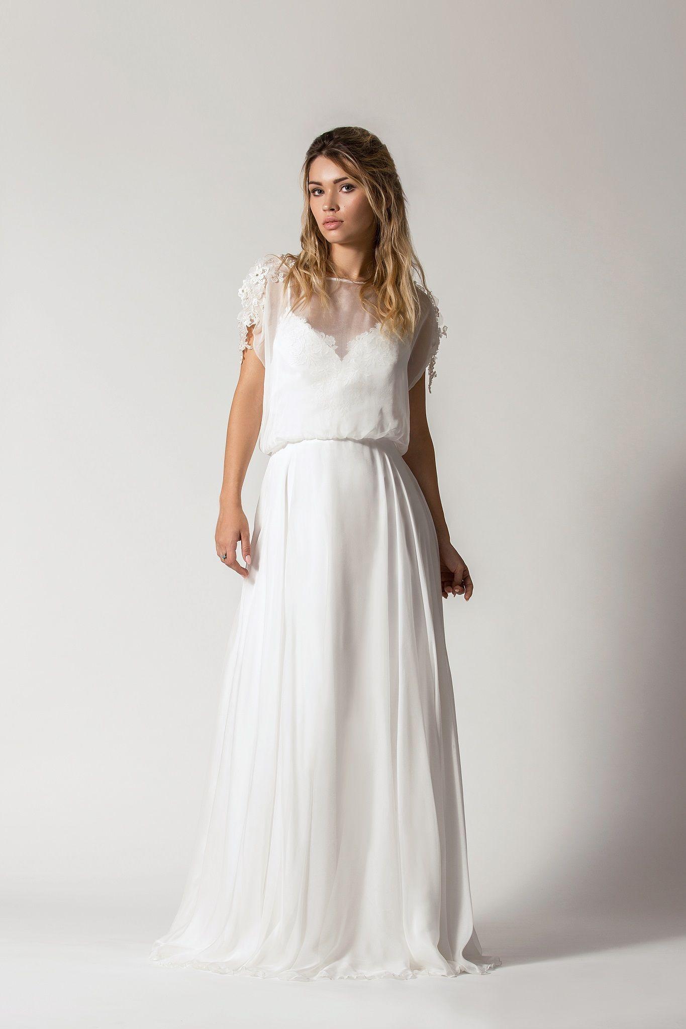 28320bef04 Przepiękna suknia ślubna z jedwabną spódnicą. Wierzchni top ma przepiękne  zdobienia na ramionach. Plecy
