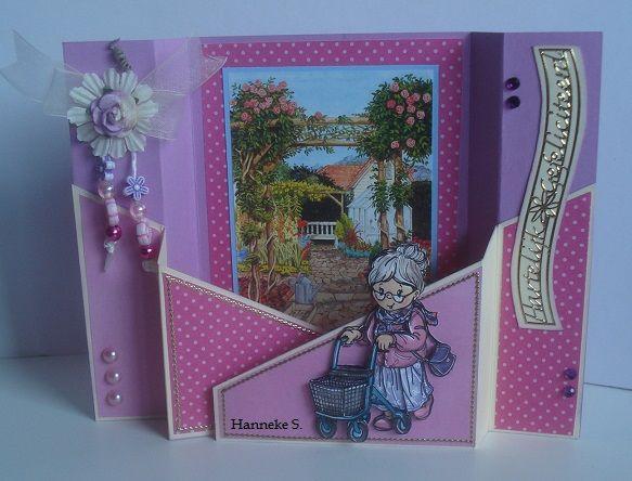 Een achtergrond met een lief tuintje en de dame die in de tuin wandelt