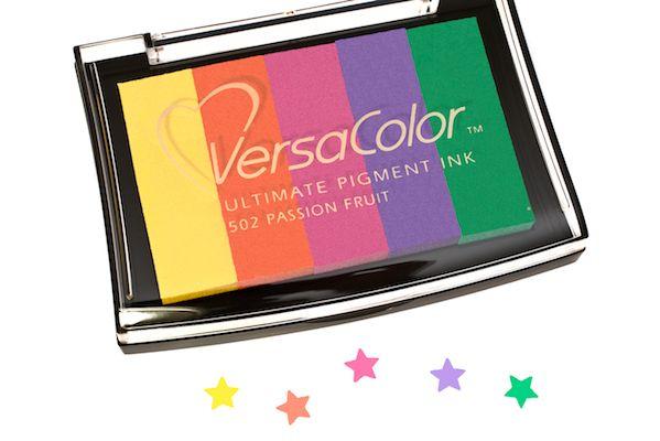 """Das bunt gestreifte Pigment-Stempelkissen mit der Farbbezeichnung """"Passion Fruit"""" ist 9,5 x 6,5 cm groß und hat 5 erhöhte Kissenstreifen in unterschie"""