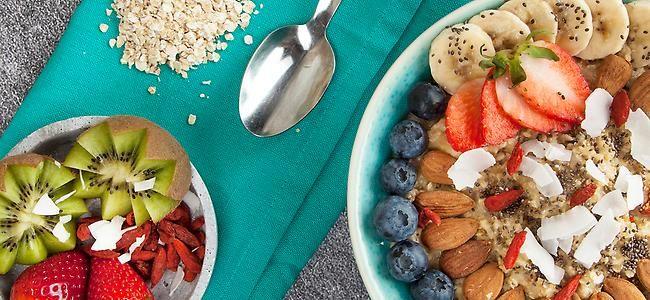Oatmeal kennt man auch als Haferbrei – bei dieser veganen Variante trifft Kokosmilch auf Chiasamen.