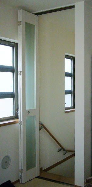 リビング階段の寒さ対策 防音対策にタチカワブラインドの折れ戸 アズウッド ぺタイプvシリーズ リビング階段 折れ戸 玄関 内装