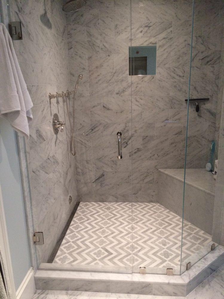 abgetrennte Dusche aus Marmor mit interessanter Fliesenanordnung am ...