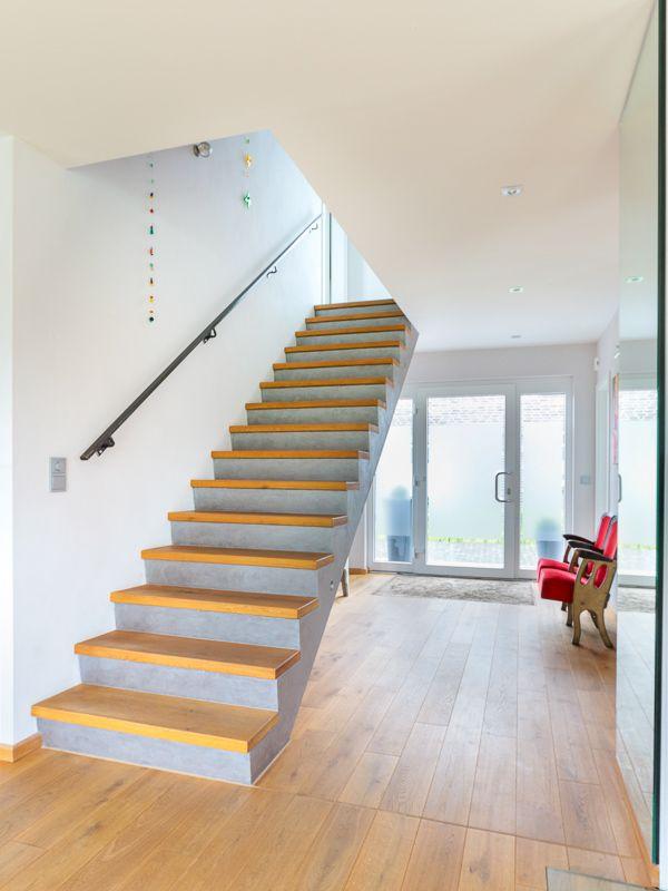 treppen in massivholz echtholzfurniere oder eine betontreppe mit fliesen oder holzbelag eco. Black Bedroom Furniture Sets. Home Design Ideas
