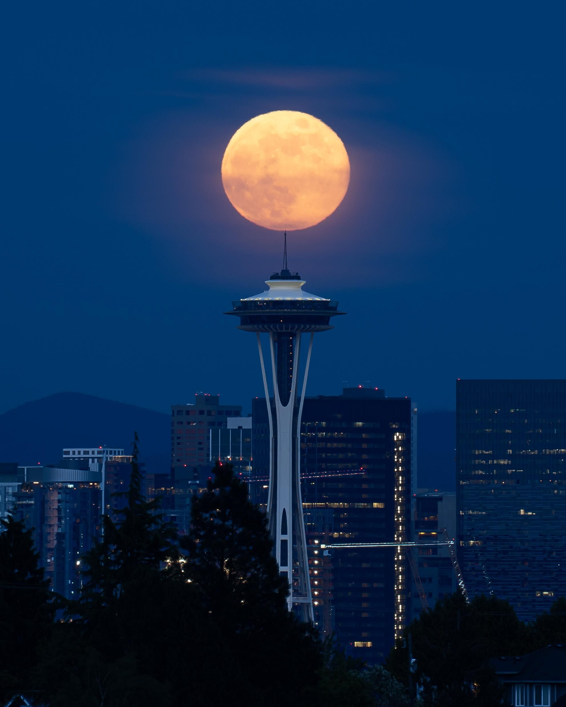 Space Needle Moonrise Tonight In Seattle Oc Cityscape Cityporn