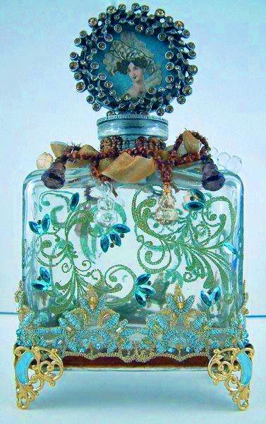 Beautiful perfume bottle. Bouteille à parfum bleue et verte.