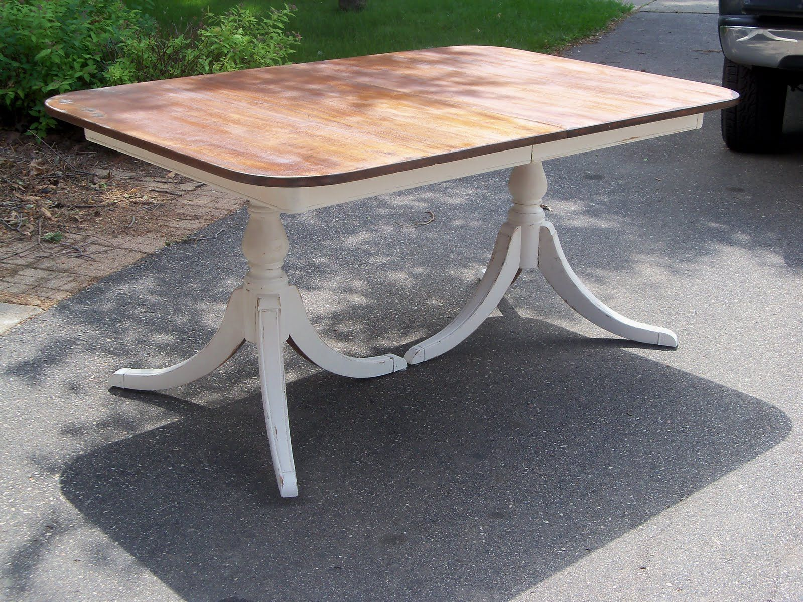 Country Style Accents A Duncan phyfe table that sums up what