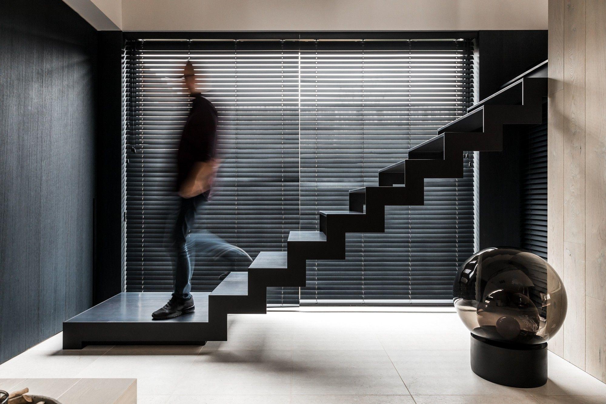 De thin black is een moderne trap in staal met slijtvaste treden van