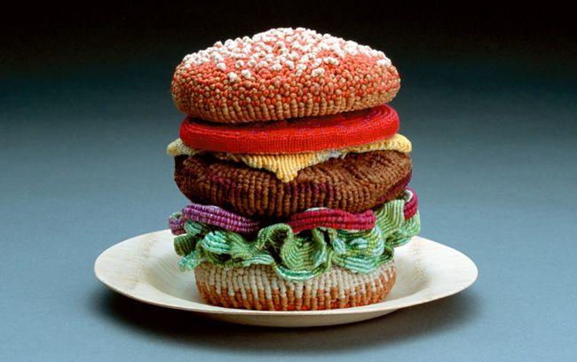 #JustEat Nada mejor para despistar que tener una hamburguesa de ganchillo en la cocina... más de un@ caerá en la tentación de hincarle el diente.