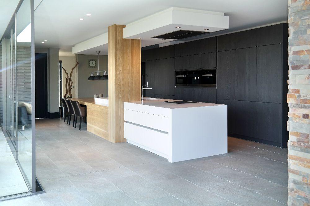 Moderne keuken met kookeiland. eiken kastenwand met luxe