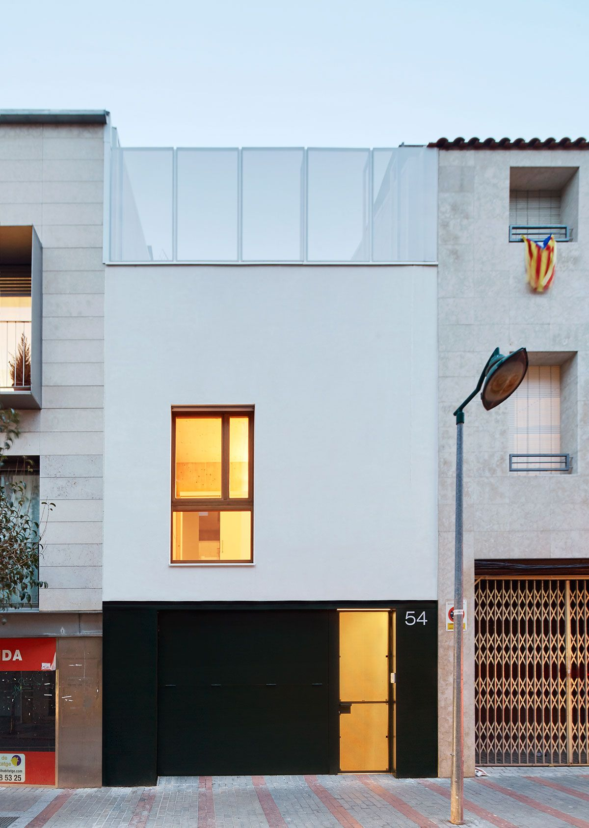 Vallribera arquitectes casa entre mitgeres al centre de for Viviendas estilo minimalista