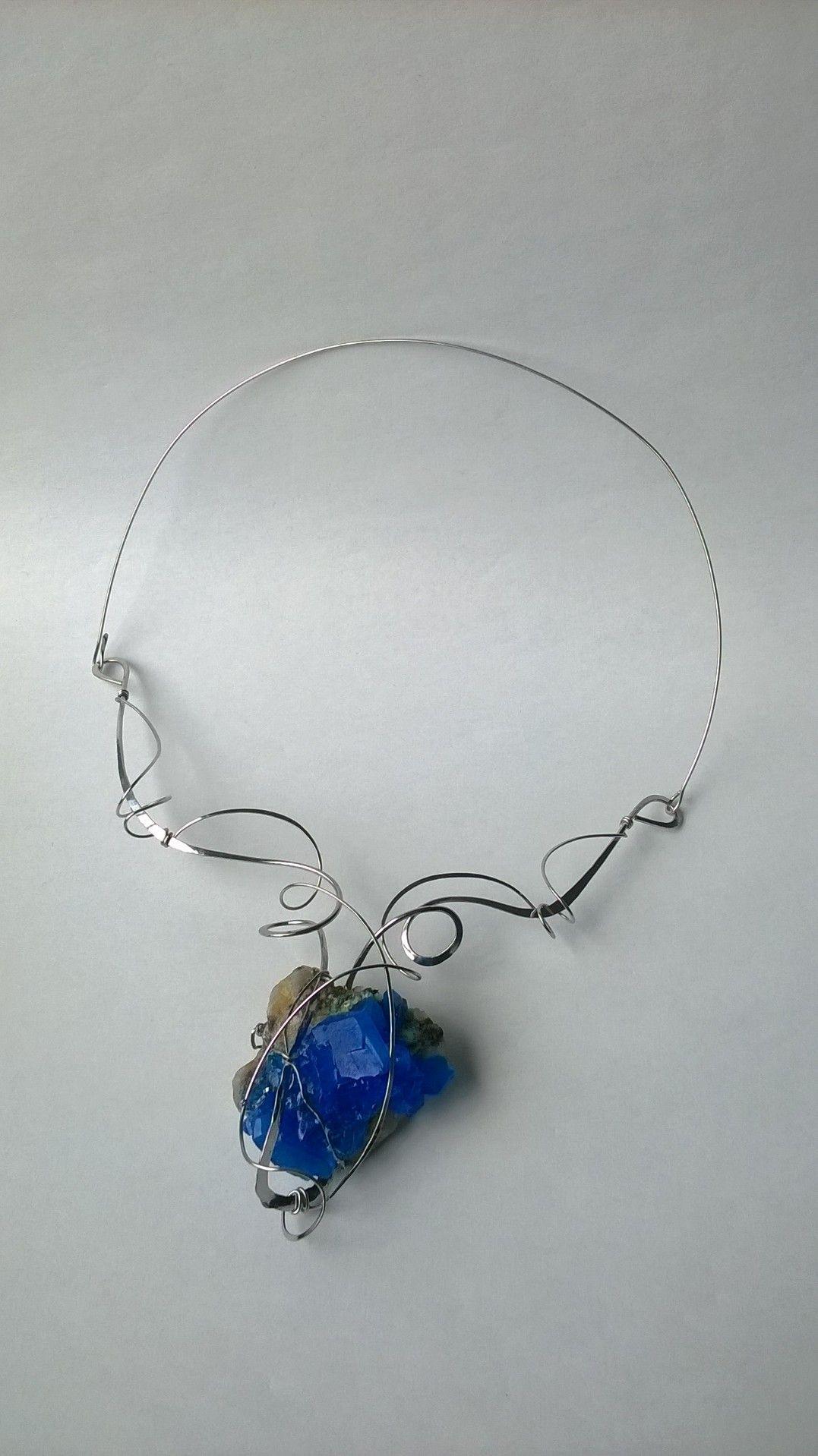 Náhrdelník+HRD1+s+modrou+skalicí+Autorský+šperk.+Originál,+který+existují+pouze+vjednom+jediném+exempláři.+Vše+vyrobeno+ručně.+Tepané,+ohýbané,+tvarované+z+chirurgického+drátu+zdobené+chalkantitem,+nádhernou+modrou+sklaicí+nakrystalizovanou+na+podkladním+kameni.Větší+krystalyo+délce+hrany+až+přes+5+cm,+zcela+dokonalé,+výrazně+sytě+modré,jsou+vždy+uměle...