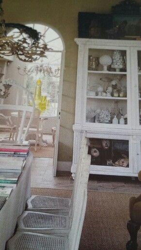 Cabinet in white. Mooie verzamelkast met souvenirs van het leven