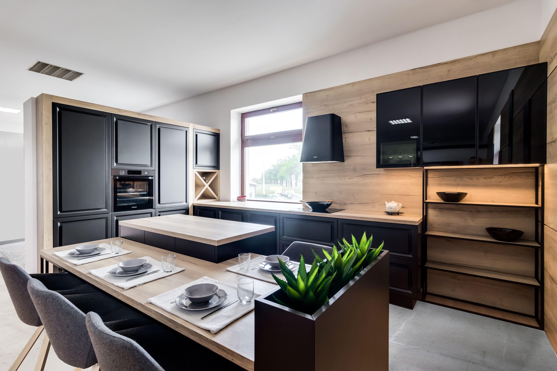Wnetrze Z Nuta Stylu Industrialnego Ciemne Fronty Meblowe Polaczono Z Cieplym Odcieniem Drewna I Polkami N Living Room Inspiration Home Decor Room Inspiration