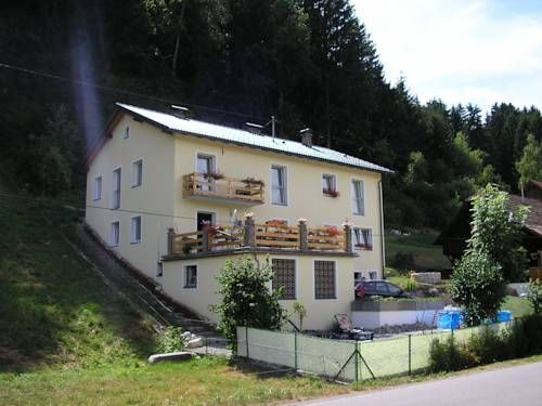 Haus Kathan Kamering Featuring a garden with a terrace and a bar, Haus Kathan offers free WiFi access, breakfast in the morning and free parking on site.  The rooms offer mountain and garden views and come with a private bathroom with a shower and towels.
