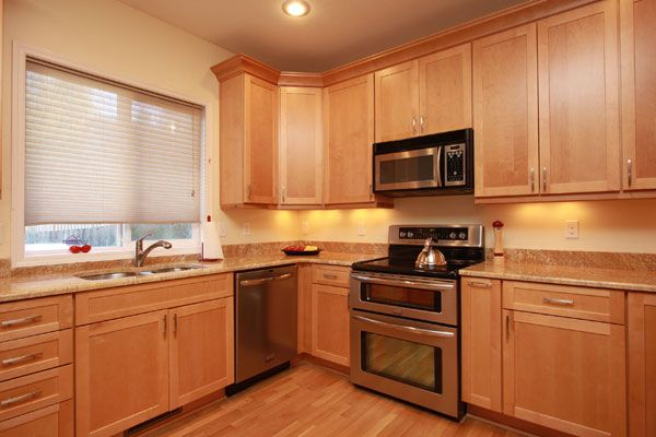 Light Maple Kitchen Cabinets Maple Cabinets With Granite Countertop Maple Kitchen Cabinets Kitchen Cabinets And Granite Granite Countertops Kitchen