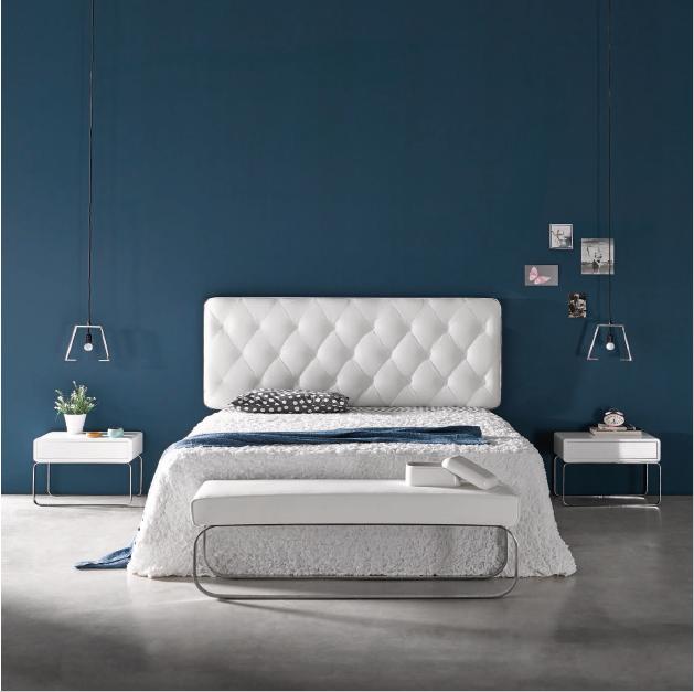 Dormitorio matrimonio con cabecero tapizado de capitoné, mesitas ...