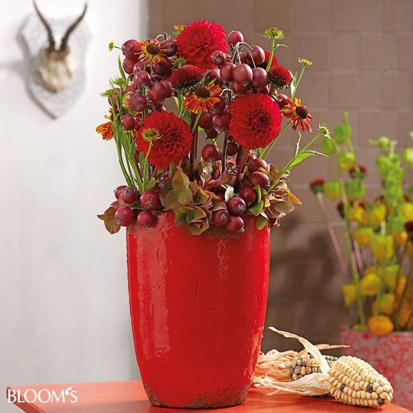 herbstdeko ideen in leuchtendem rot gesteck mit zier pfeln und dahlien art floral. Black Bedroom Furniture Sets. Home Design Ideas