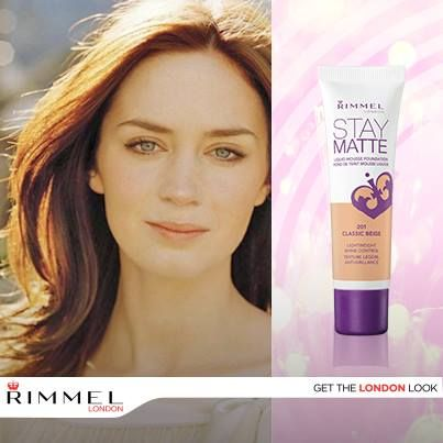 ¿Cómo es que Emily Blunt luce tan bien? Fácil, usa la base Stay Mate Foundation, que elimina el brillo del rostro con un acabado ultra ligero.
