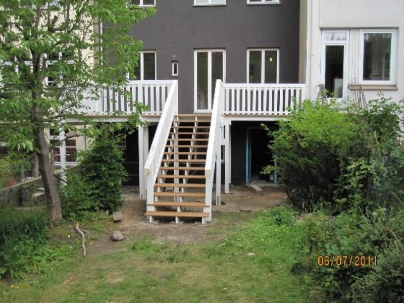 Pin Von Melanie Folk Auf Balkon Garten Treppe Holztreppe Garten