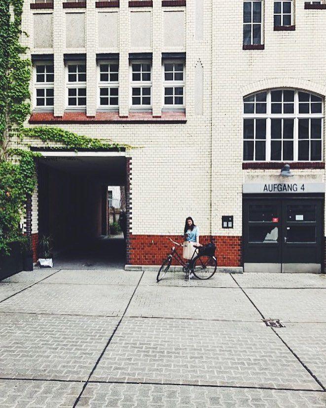 Backyard love ♥️  .  Ich zeig mich ja selten, aber heute mach ich mal eine Ausnahme haha - nur weil der Hinterhof so schön ist. Schlaft schön 🌙 #streetsofberlin #berlin #berlinwedding