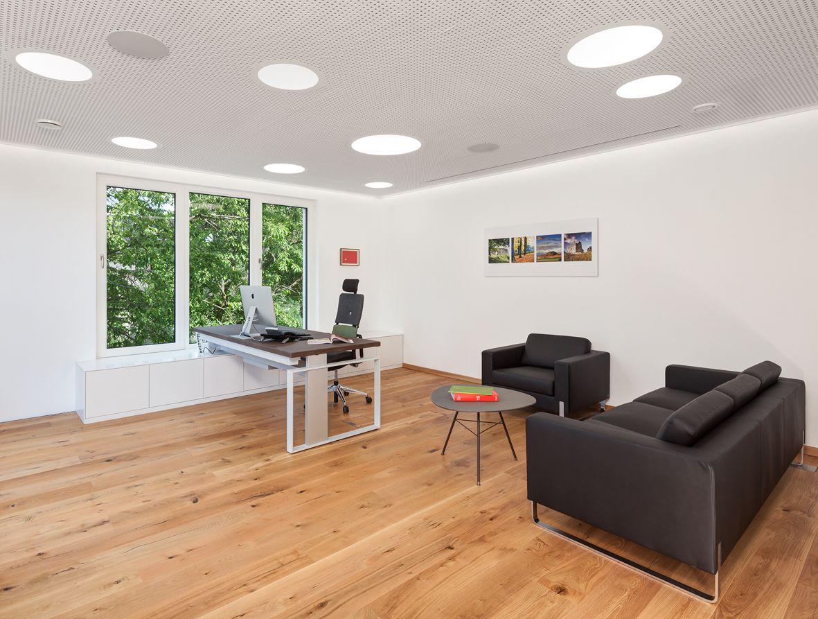 ergonomischer Bürostuhl, Lifttisch, Holzboden, Loungemöbel, Ledersessel, Akustikdecke, Beleuchtung