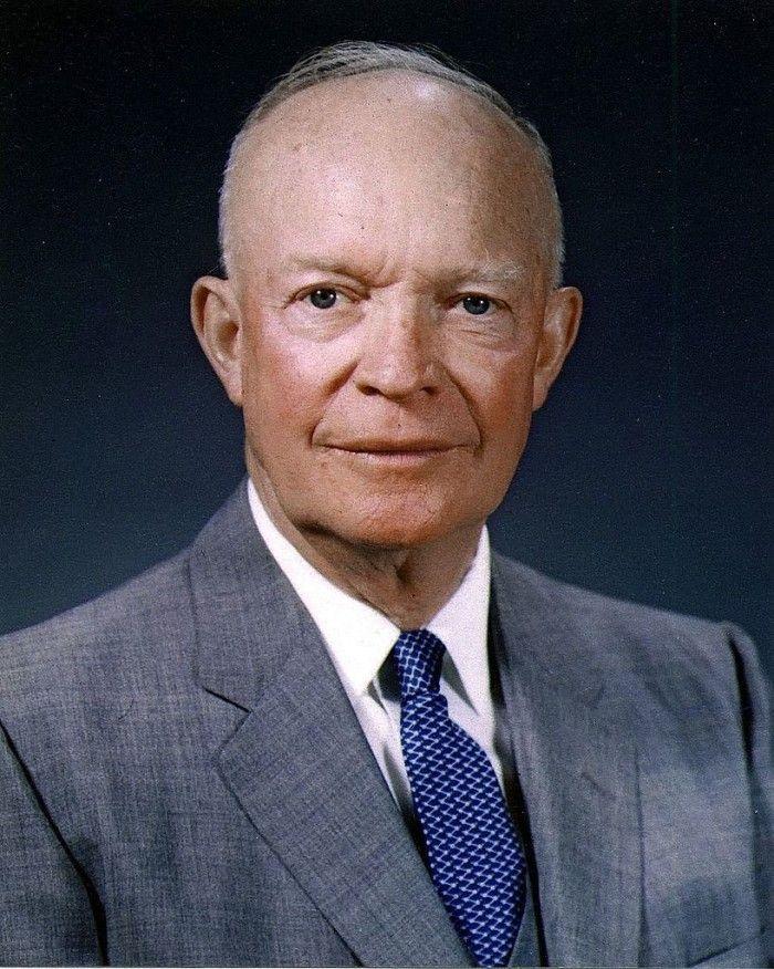 """Dwight """"Ike"""" Eisenhower. Durante su segundo periodo presidencial ocurrió el asesinato de los cuatro miembros de la familia Clutter. El presidente Eisenhower nombró a Herbert Clutter miembro del Comité de Créditos Agrícolas y reconoció sus servicios en la Junta Federal de Crédito Agrícola. Estos hechos son referidos por Capote en la novela."""
