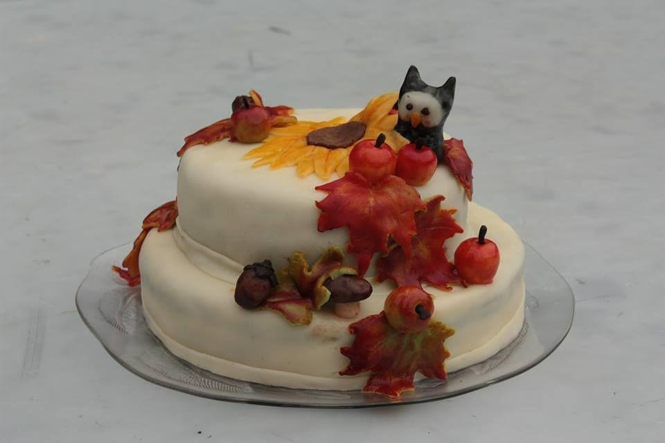 Syyskakku - Kakku on punakakkua, täytteenä suklaa-tuorejuusto-kerma täyte. Tein tämän viime aykaynä, siitä syksyinen koristelu :)