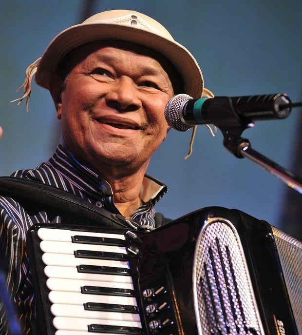 José Domingos de Morais, conhecido como Dominguinhos, foi um instrumentista, cantor e compositor brasileiro. Exímio sanfoneiro, teve como mestres nomes como Luiz Gonzaga e Orlando Silveira. Wikipédia. Nascimento: 12 de fevereiro de 1941, Garanhuns, Pernambuco. Falecimento: 23 de julho de 2013, São Paulo, São Paulo.