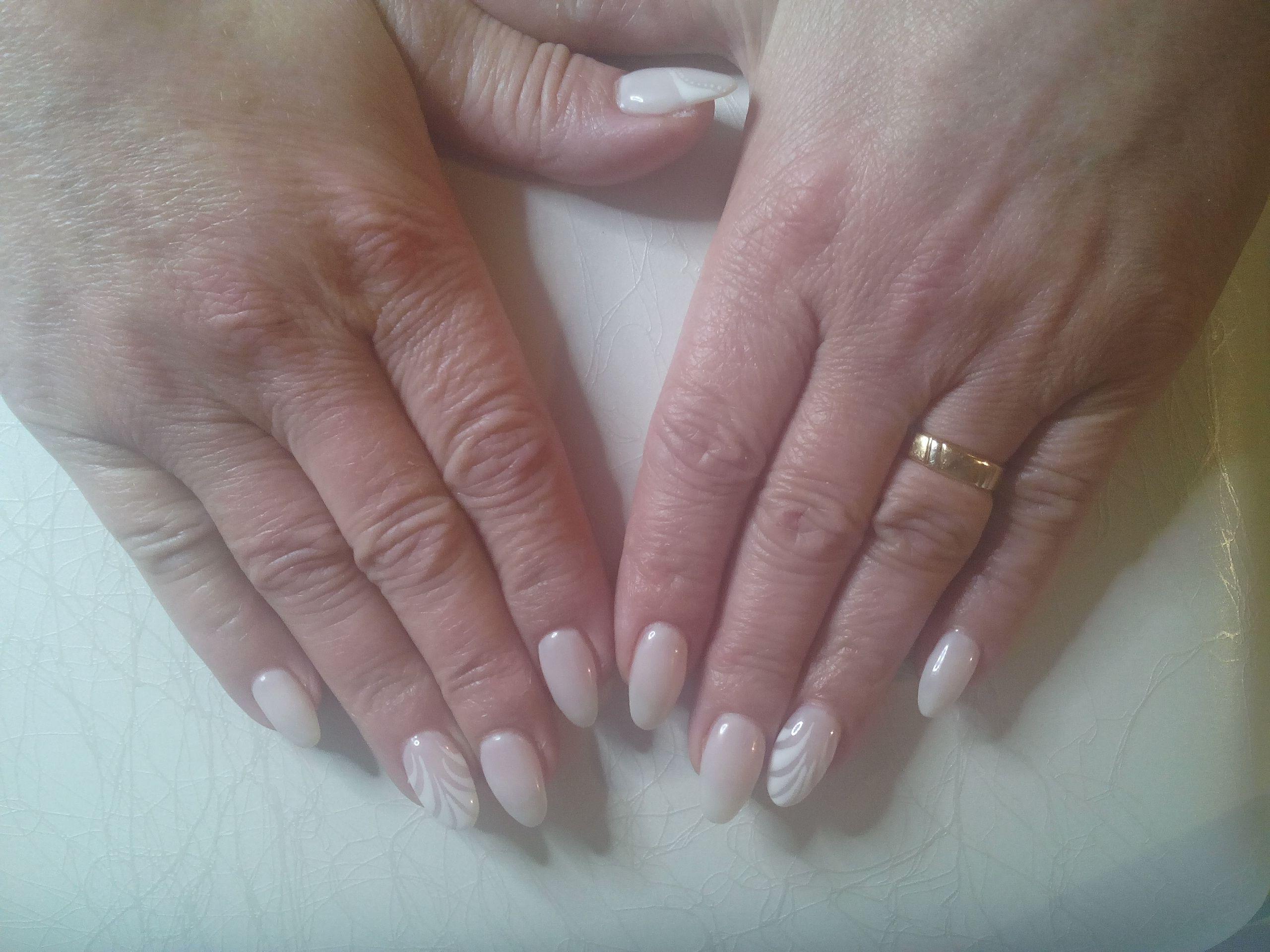 Ricostruzione In Gel Monocolore Latte Con Decorazione Stilizzata Con Gel Bianco Decorazioni Stilizzate Unghie Gel Unghie