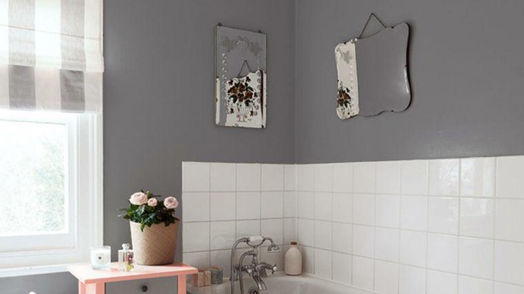 Famoso bagno con parete della parete piastrellata di bianco e vernice AH19