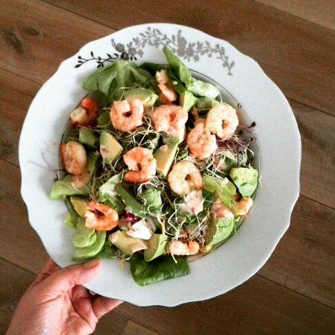 Salade avocado en garnaal. Recept: bak de garnalen met wat olie en knoflook. Snij de avocado. Serveer de sla met war chilidressing en alfalfa.