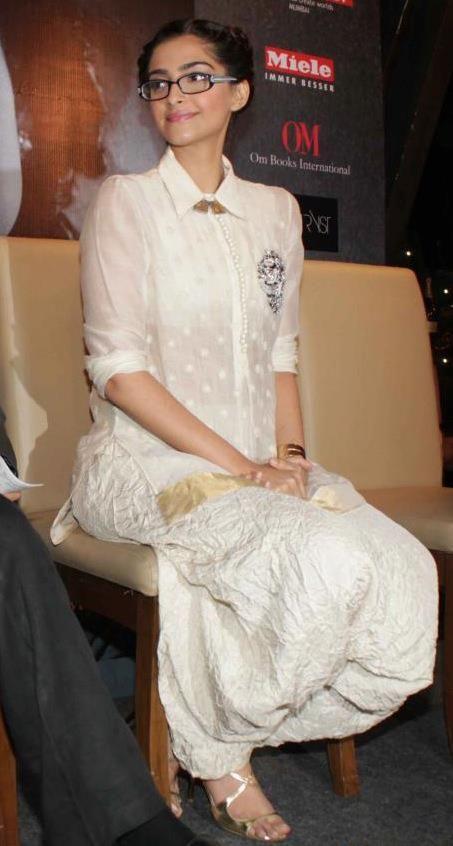 Geek Chic Sonam Ne Anamika Khanna Ki Organza Cream Aur