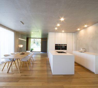 Große Wohnküche ganz in weiß mit weißer Keramikplatte Küche