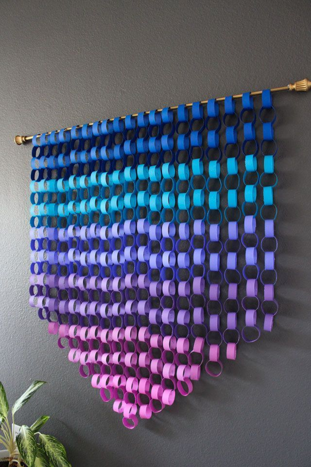 Ombre Paper Chain Wall Hanging #paperprojects Make gorgeous modern paper wall art with simple paper chains! #paperchains #astrobrights #papercrafting