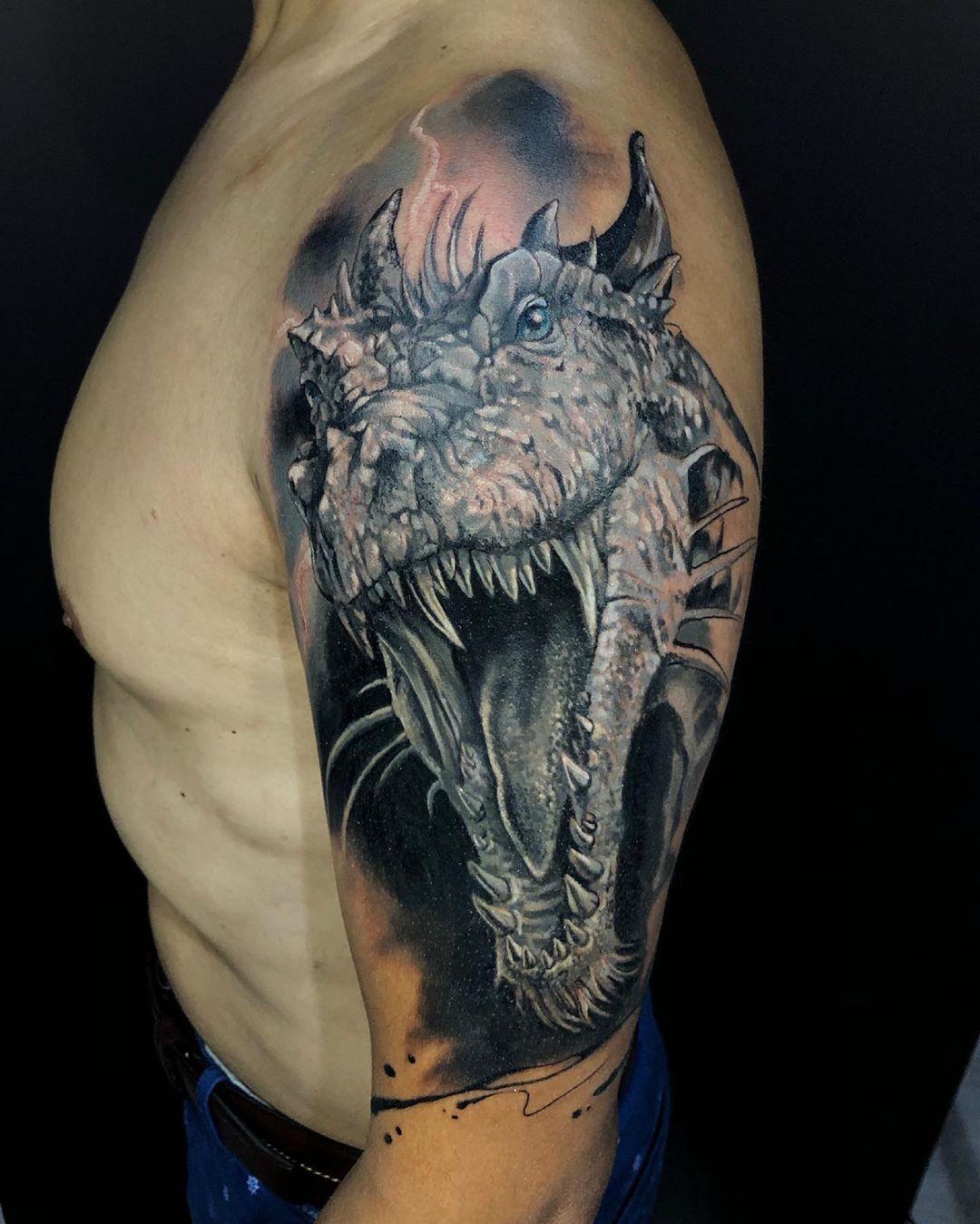 Entretenida cobertura, tatuado en @blackcrown_cl [Agenda abierta] . . . . . . . .  #tattoo #tattoist #tatuador #tattooart #tattooist #tattooshop #tattoochile #tattoocolor #tatuajechileno #tattoochileno #ink #inked #instattoo #instachile #tattooja #wings #boystattoo #girltattoo #wathercolortattoo #maptattoo #freehand #freehandtattoo #fullcolor #futboltattoo #paisaje #tatuaje #landscape #landscapetattoo #animaltattoo