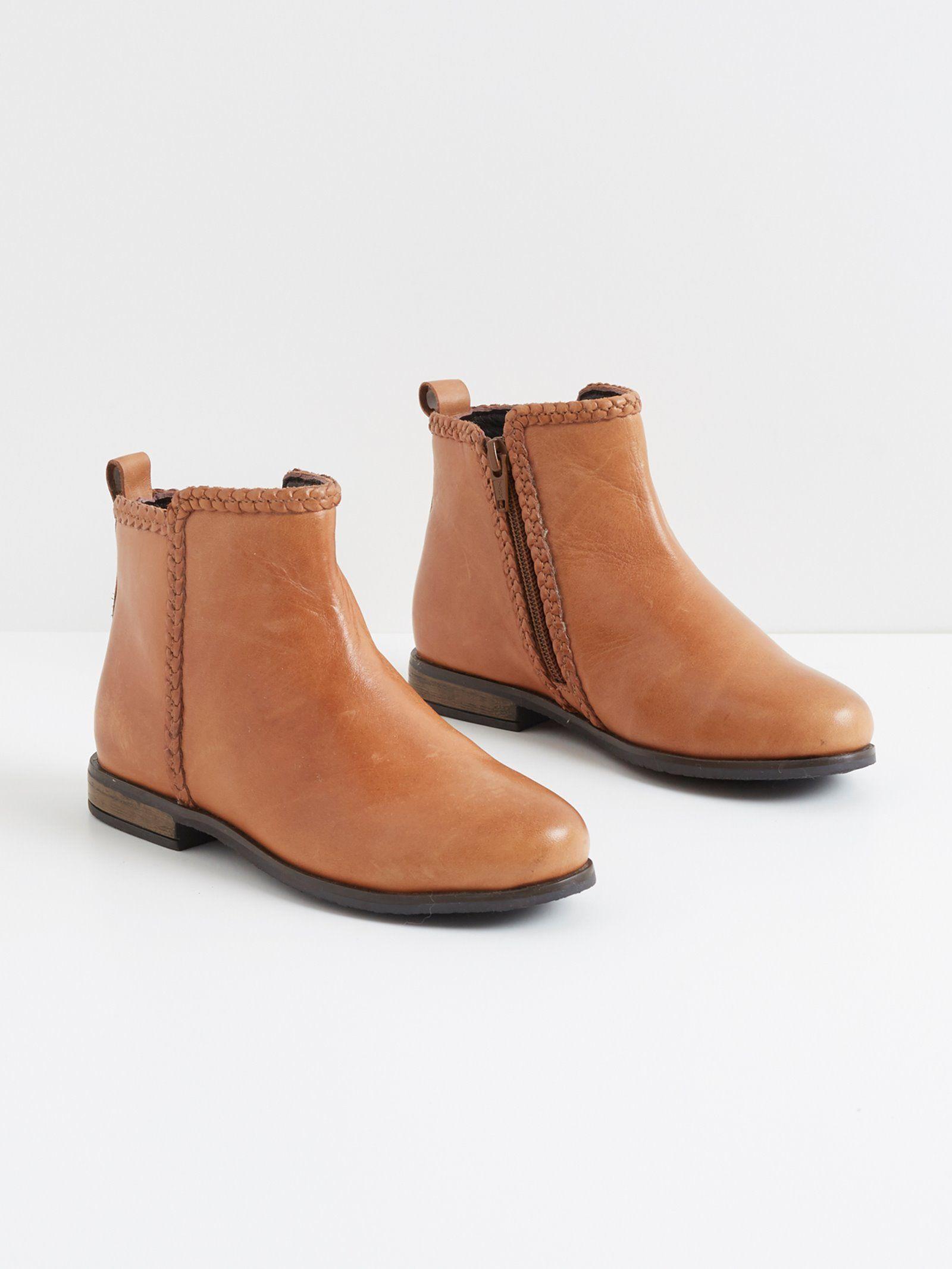 Low boots recherchent petits looks tendance à porter avec un jupon hindi, un short denim, un ...