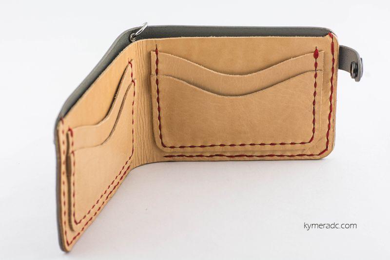 Cartera INDIAN GREY. 100% hecha y cosida a mano. Compartimento para billetes u otro uso y 4 ranuras para tarjetas. Cierre con corchete. Medidas aprox.: 12,5 x 9 cm. Ya disponible en www.metalyeah.com