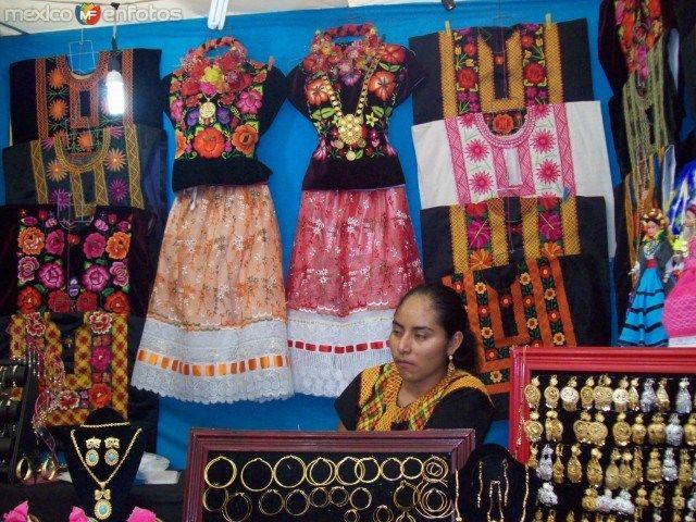 Algunos trajes tipicos y artesanias en Oro, del istmo de Tehuantepec, Oaxaca, México