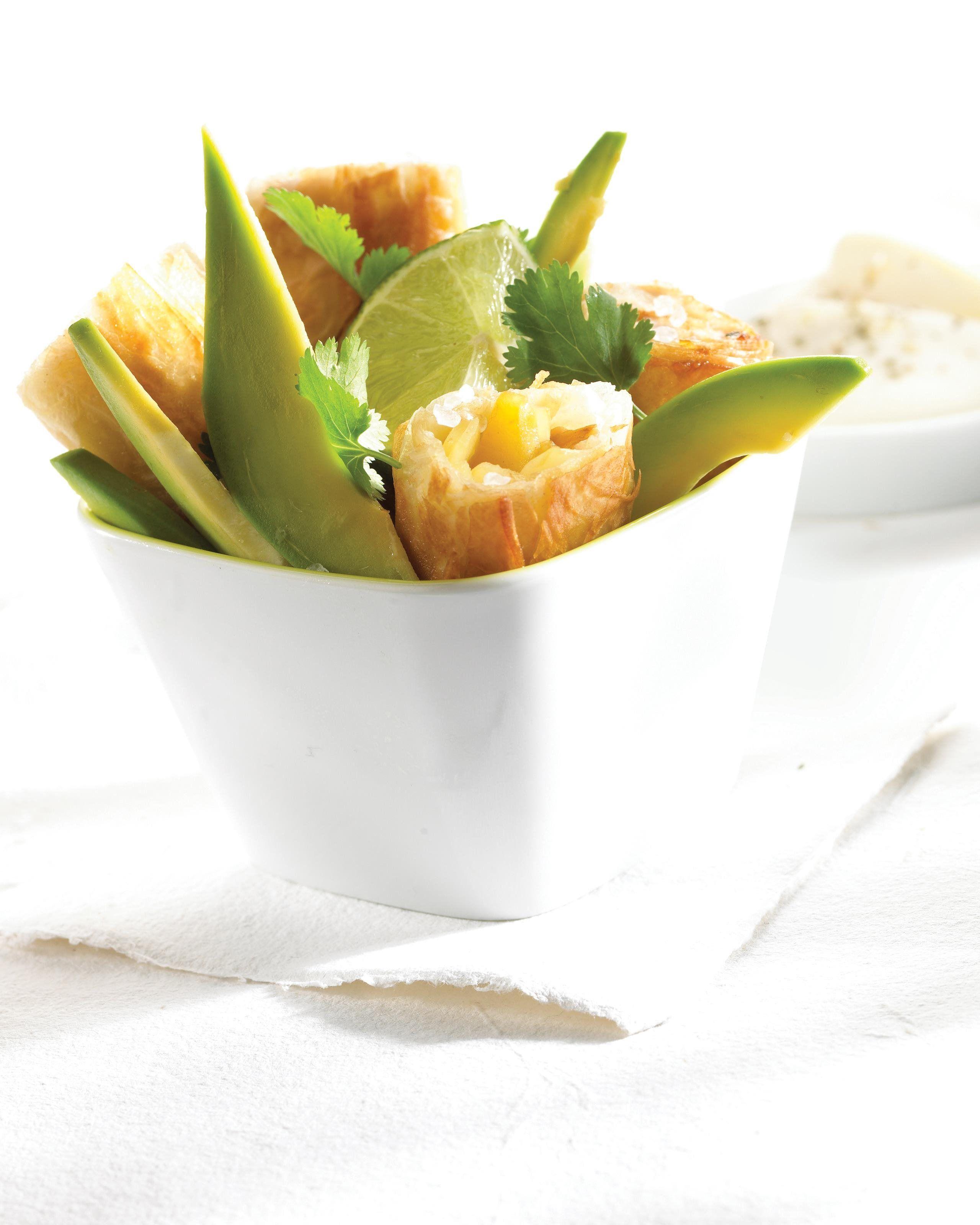 Loempia van pittige kip, mango, avocado en koriander