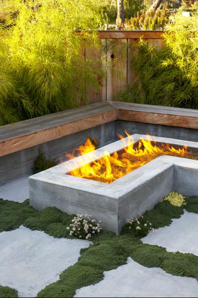 An angular builtin fire pit at a modern Japanese cottage