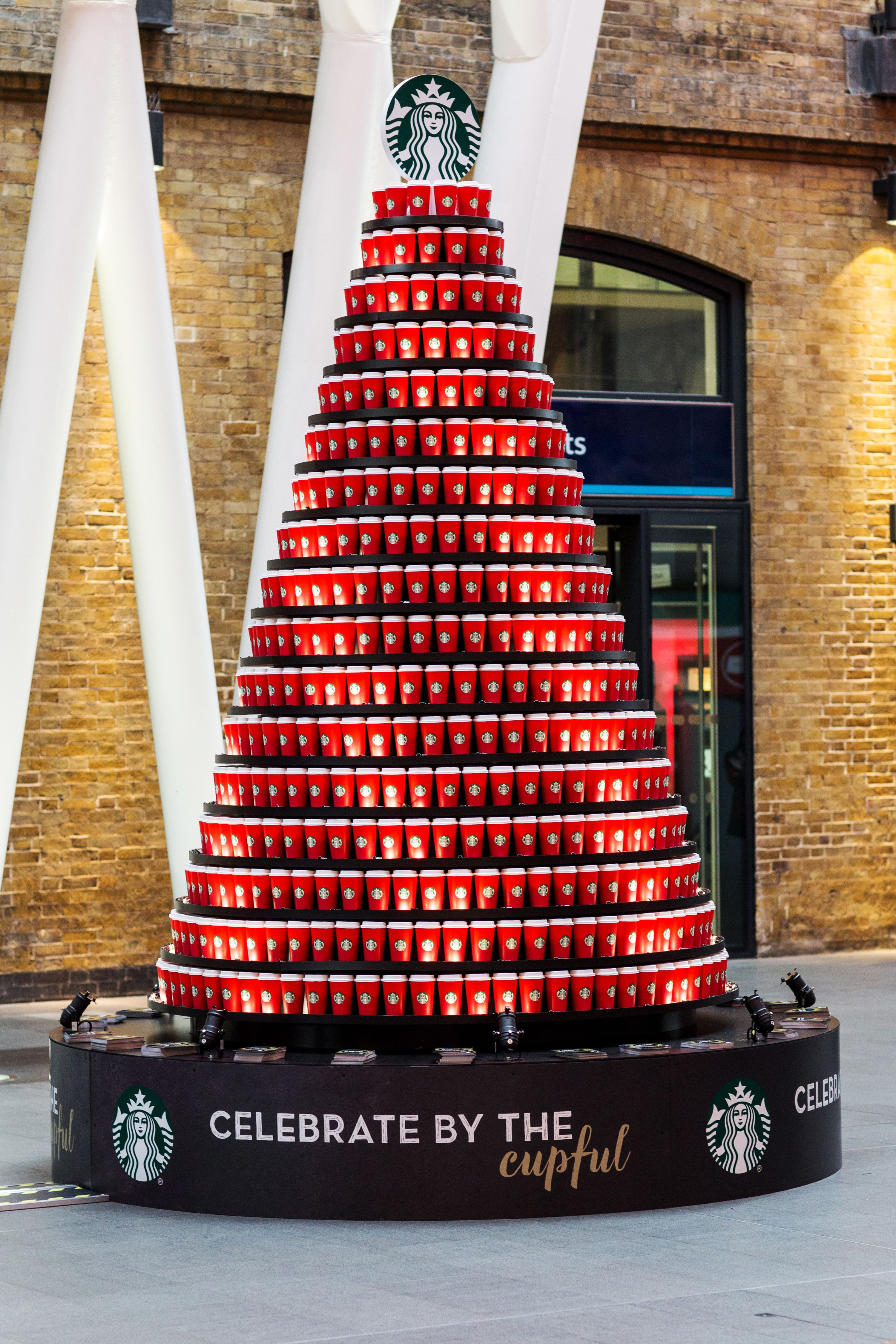 Pin By Jet On Pilhas Display Supermercado In 2020 Starbucks Christmas Red Cups Unusual Christmas Trees