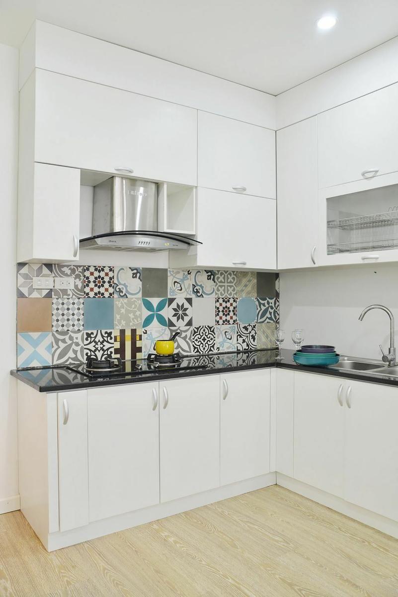El apartamento de baldosas hidráulicas en la pared | Cocina blanca ...